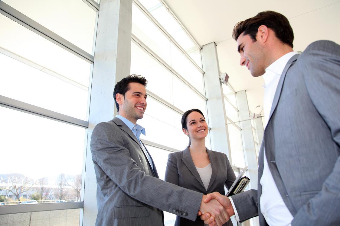 Hommes d'affaires se donnant une poignŽe de main